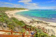 Sikt på den tropiska stranden och havet i solig dag Royaltyfri Foto