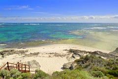 Sikt på den tropiska stranden och havet i solig dag Arkivfoton