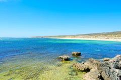 Sikt på den tropiska stranden och havet i solig dag Royaltyfri Bild