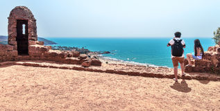 Sikt på den Vagator stranden från det Chapora fortet Royaltyfria Bilder