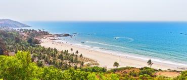 Sikt på den Vagator stranden från det Chapora fortet Royaltyfri Foto