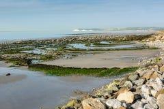 Sikt på den Wissant fjärden och locket Blanc Nez på lågvatten Royaltyfri Foto