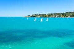 Sikt på det blåa havet i Antibes, franska riviera, Cote d'Azur, Frankrike royaltyfria foton