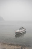 Sikt på det ensamma fartyget och Lake Baikal under dimman Royaltyfri Foto