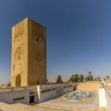 Sikt på det Hassan tornet med springbrunnen nära mausoleum av Mohammed V i Rabat - Marocko Arkivbild