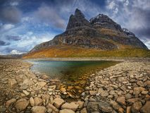 Sikt på det Innerdalstarnet berget från den Flatvaddalen dalen Berg i den Trollheimen nationalparken, Norge fotografering för bildbyråer