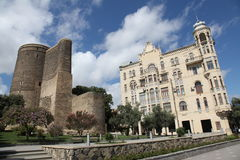 Sikt på det jungfru- tornet och berömt huset på invallningen Arkivbilder