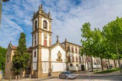 Sikt på det Klocka tornet av kyrklig Sao Domingos i Vila Real - Portugal Royaltyfria Bilder