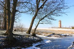 Sikt på det kyrkliga tornet för 13th århundrade i Firdgum Arkivfoton