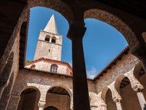 Sikt på det kyrkliga tornet, Porec, Kroatien Arkivbilder