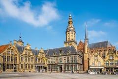 Sikt på det stora stället för Grote markt i Veurne - Belgien arkivbilder