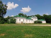 Sikt på 'det Volkonsky 'huset i museum-gods av Leo Tolstoy i Yasnaya Polyana royaltyfri foto