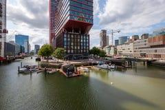 Sikt på det Wijnhaven området, det höga löneförhöjningområdet i centrum av Rotterdam arkivfoton