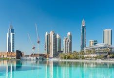 Sikt på Dubai som är i stadens centrum på den Dubai gallerian Arkivfoto