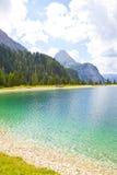 Sikt på Ehrwalder Almsee med berglandskapet, Tirol Royaltyfria Bilder