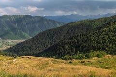 Sikt på en äng i berg av Svaneti Georgia Arkivfoto