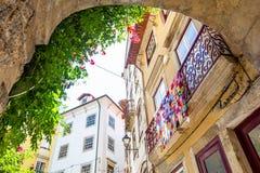 Sikt på en balkong med den färgrika virkningfilten i Coimbra royaltyfri fotografi