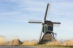 Sikt på en gammal tradionalväderkvarn i Nederländerna, del av historisk holländsk kultur royaltyfri foto