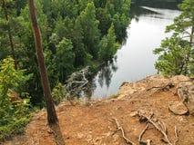 Sikt på en härlig sjö från klippan Arkivbild
