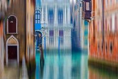 Sikt på en kanal i Venedig, Italien Arkivfoto