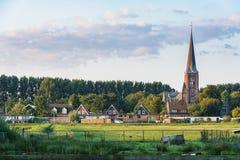 Sikt på en kyrka i Zaandam från lilla byn Haaldersbroek Arkivbilder