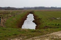 Sikt på en pik som fylls med vatten i rhedeems-emsland Tyskland royaltyfri fotografi