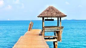 Sikt på en ponton och en tropisk koja royaltyfria foton