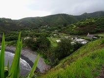 Sikt på en typisk liten hawaiansk by royaltyfri fotografi