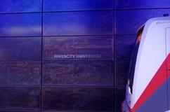 Sikt på ett drev och att märka 'det Hafencity universitetet 'i en linje U4 för tunnelbanastation germany hamburg arkivbilder