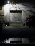 Sikt på ett garage och ett medel vid natt Arkivfoton