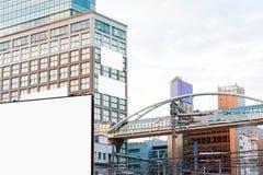 Sikt på ett vitt baner på en bakgrund av byggnader i centret, Tokyo, Japan vektor för ramillustrationtext Royaltyfria Bilder