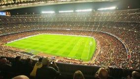 Sikt på fältet och åhörare under fotbollleken lager videofilmer