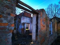 Sikt på förstört gammalt stort hus eller byggnad och blå himmel i bakgrund fotografering för bildbyråer