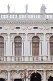 Sikt på fasad av en byggnad i den San Marco fyrkanten, Venedig, Italien Arkivfoton