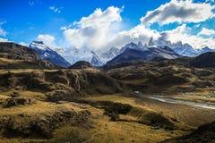 Sikt på Fitz Roy och Elen Chalten, från de omgeende bergen, Patagonia, Argentina Arkivbild