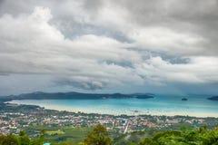 Sikt på fjärden av det Andaman havet nära den Phuket ön i Thailand Arkivbilder