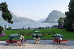 Sikt på fjärden av Lugano från botaniska trädgården Arkivbilder
