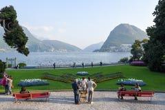 Sikt på fjärden av Lugano från botaniska trädgården Arkivfoton