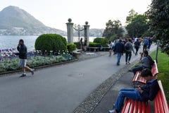 Sikt på fjärden av Lugano från botaniska trädgården Arkivbild