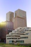 Sikt på flera kontorsbyggnader i Amsterdam Arkivfoton