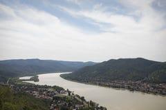 Sikt på floden från den höga slotten till bergen, landskap Arkivbilder