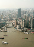 Sikt på floden i Shanghai från pärlemorfärg tvtorn arkivfoton