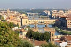 Sikt på floden och broarna i Florence, Italien Arkivfoton