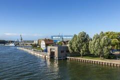 Sikt på floden Peene till varvområde i Wolgast Arkivbilder
