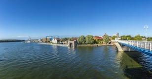 Sikt på floden Peene till varvområde i Wolgast Arkivfoto