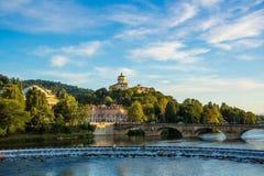 Sikt på floden Po i den Turin och Monte deien Cappuccini var det finns den kyrkliga Santa Maria al Monte Turin Torino, Italien Fotografering för Bildbyråer