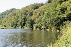 Sikt på floden Semois, belgare Ardennes fotografering för bildbyråer