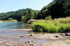Sikt på floden Semois, belgare Ardennes arkivfoton