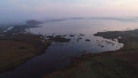 Sikt på floden Sorot och sjön Kuchane, dimmig morgonantennvideo arkivfilmer