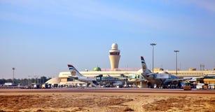 Sikt på flygplan och terminalen av Abu Dhabi Fotografering för Bildbyråer